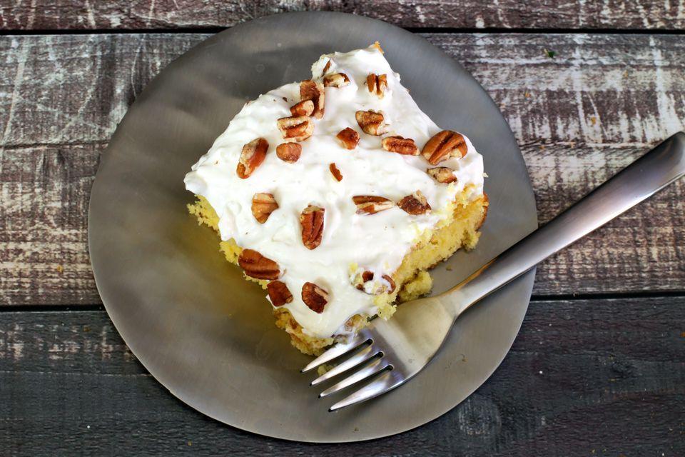 Pastel de piña colada con receta de cobertura batida de coco