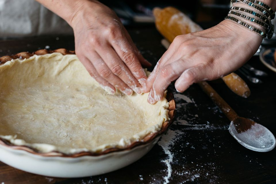 Forming a pie crust