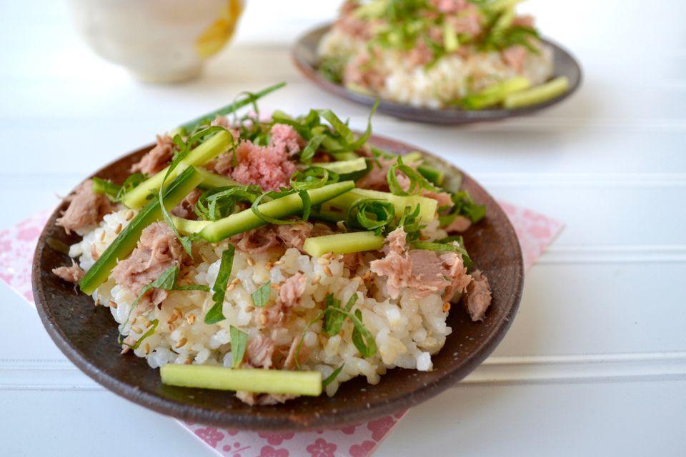 Receta de sushi de atún, hierba shiso y pepino Chirashi