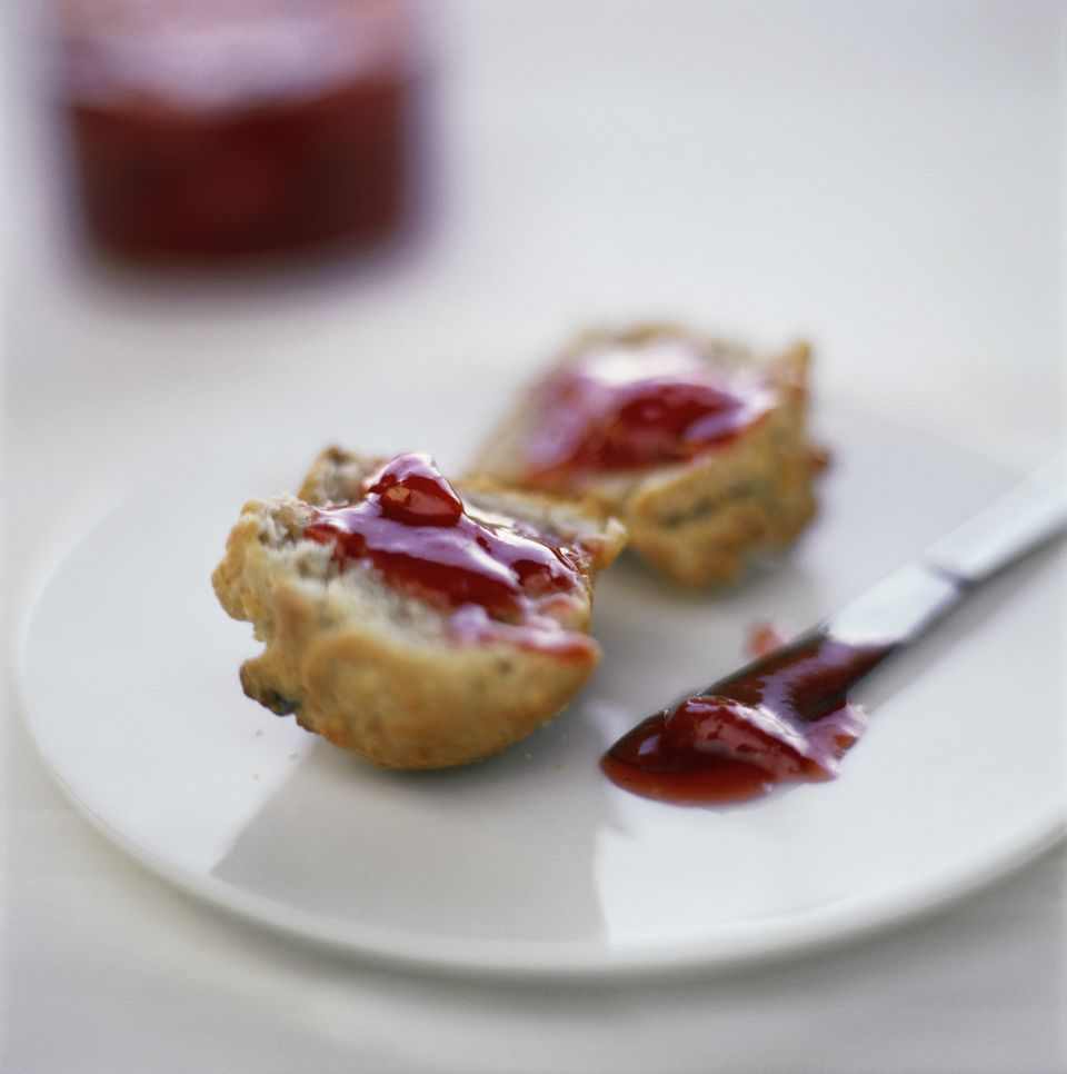 Biscuit muffins with jam