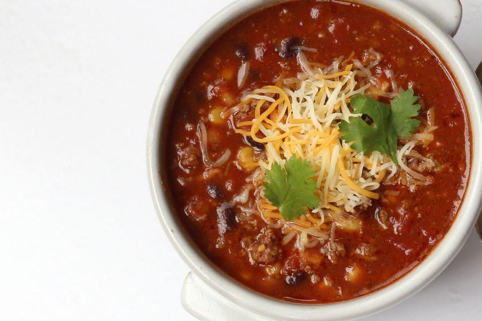 Sopa de taco con olla de carne molida y frijoles