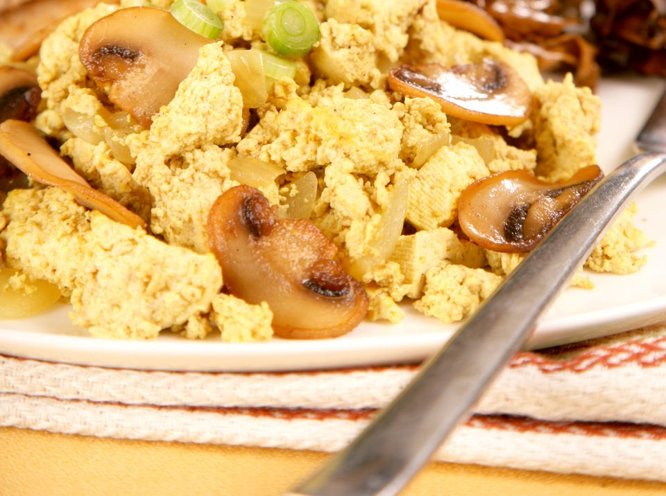 Tofu scramble with mushrooms - the perfect vegan high-protein breakfast