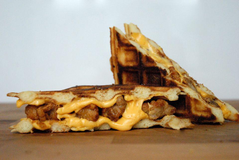 Sandwich de pollo frito y gofres a la parrilla