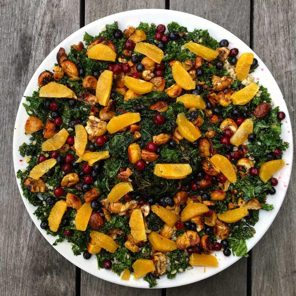 Ensalada de col rizada vegana y naranja cruda