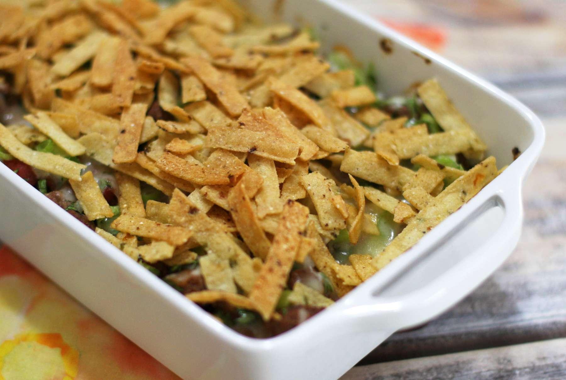 Cazuela de taco de carne molida con relleno de chips de maíz con queso