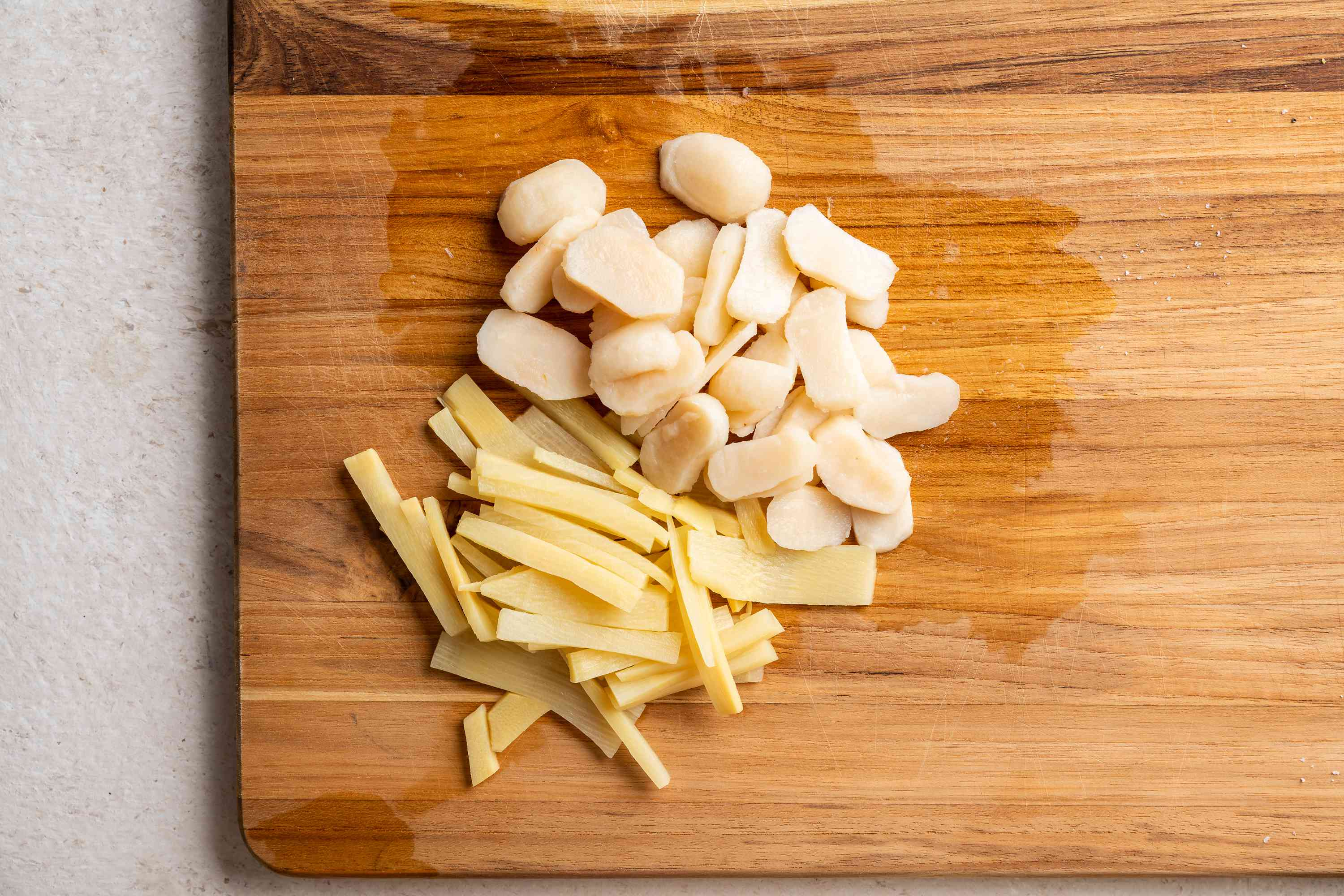 Cut the water chestnuts and bamboo shoots into thin slices