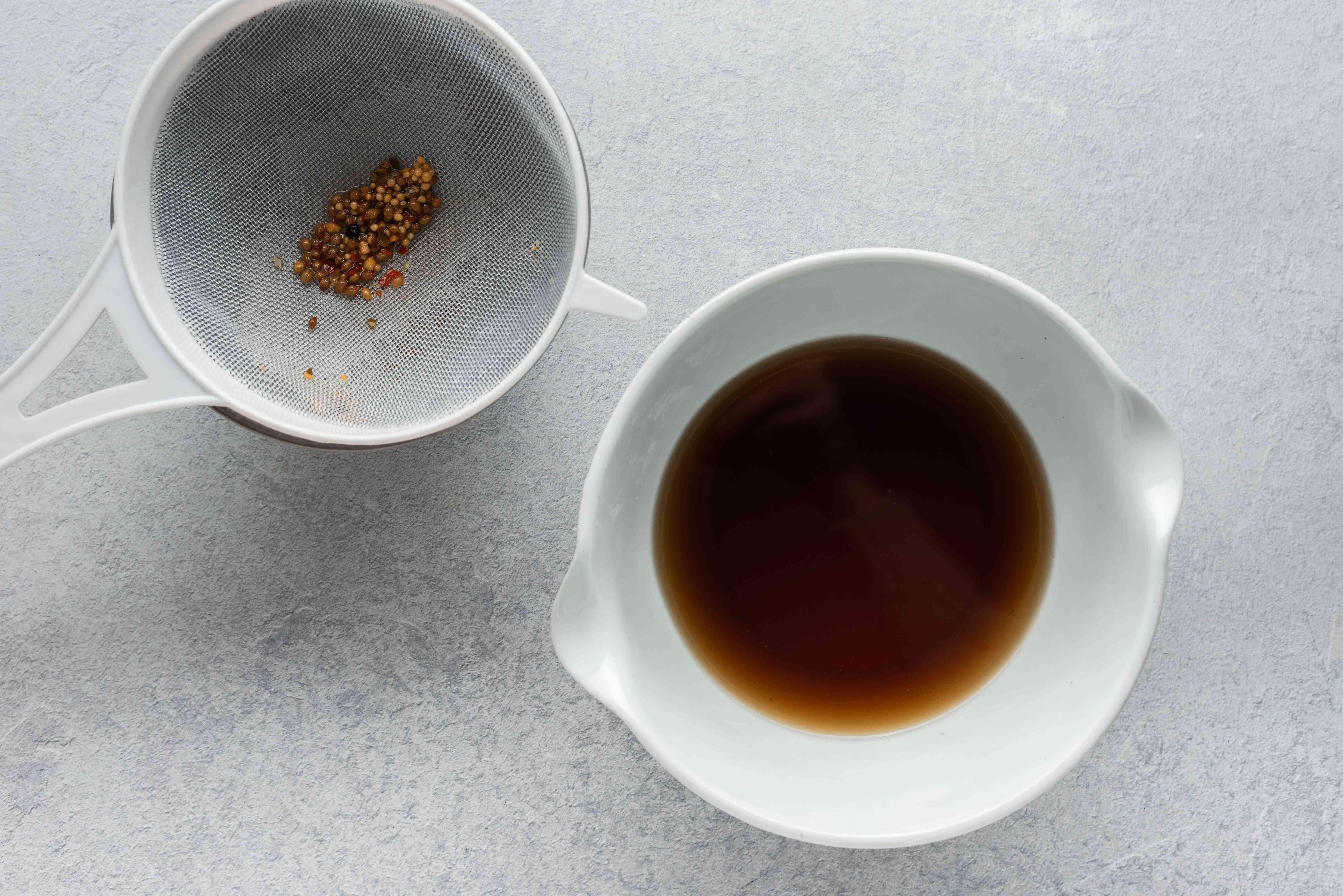 Strained spice vinegar