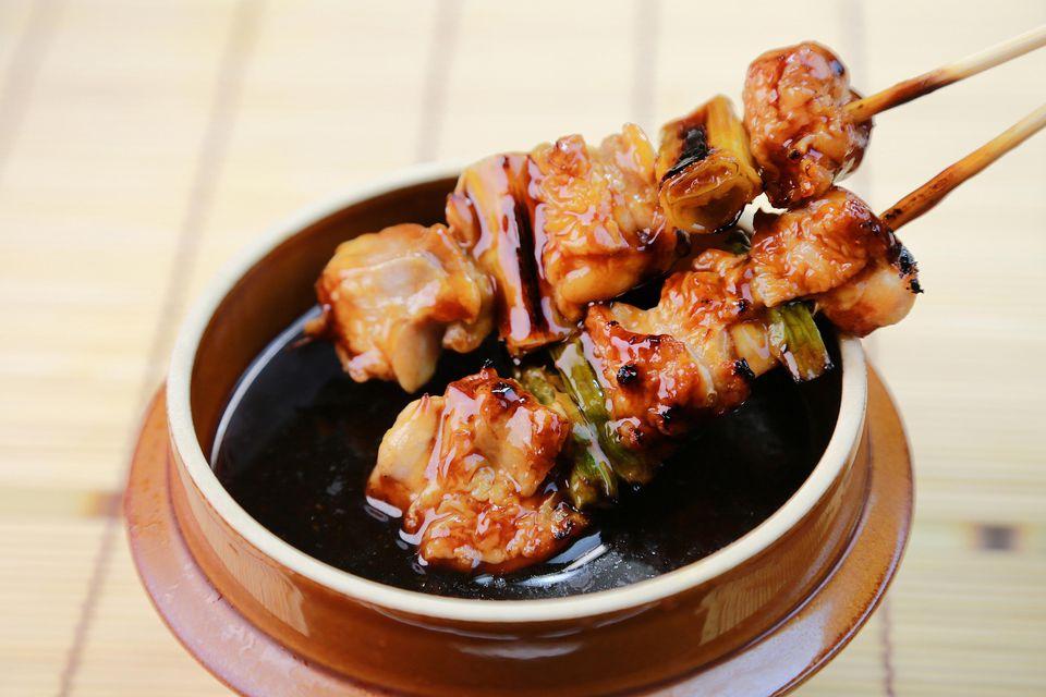 Yakitori Negima (Brochetas japonesas de pollo a la parrilla y cebolleta)