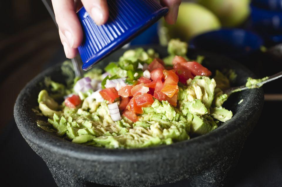 La mejor salsa fácil de guacamole con jalapeños