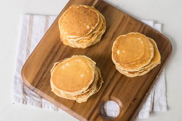 Serve cooked pancakes