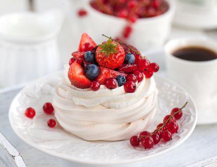 New Zealand pavlova meringue with berries