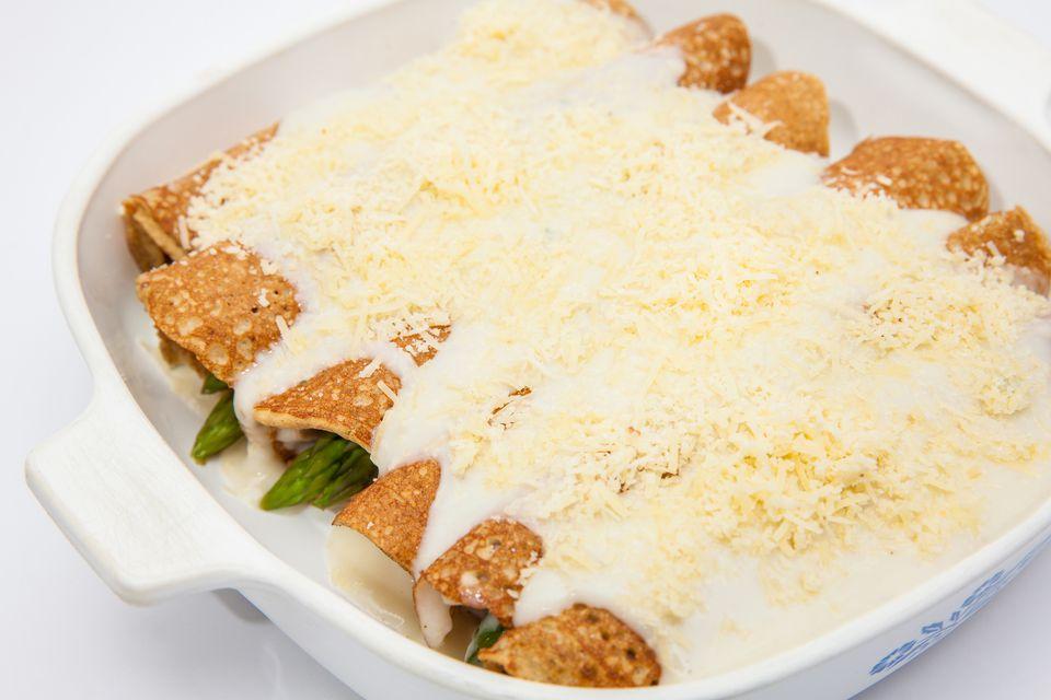 Crepes de jamón y espárragos con queso parmesano