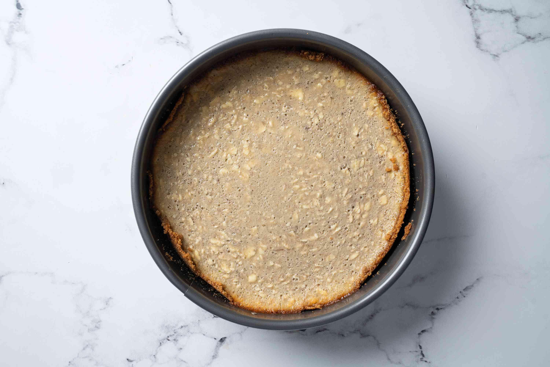 Cool baked banana cheesecake at room temperature