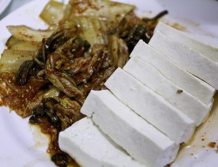 Tofu and sautéed kimchi (dubu kimchi)