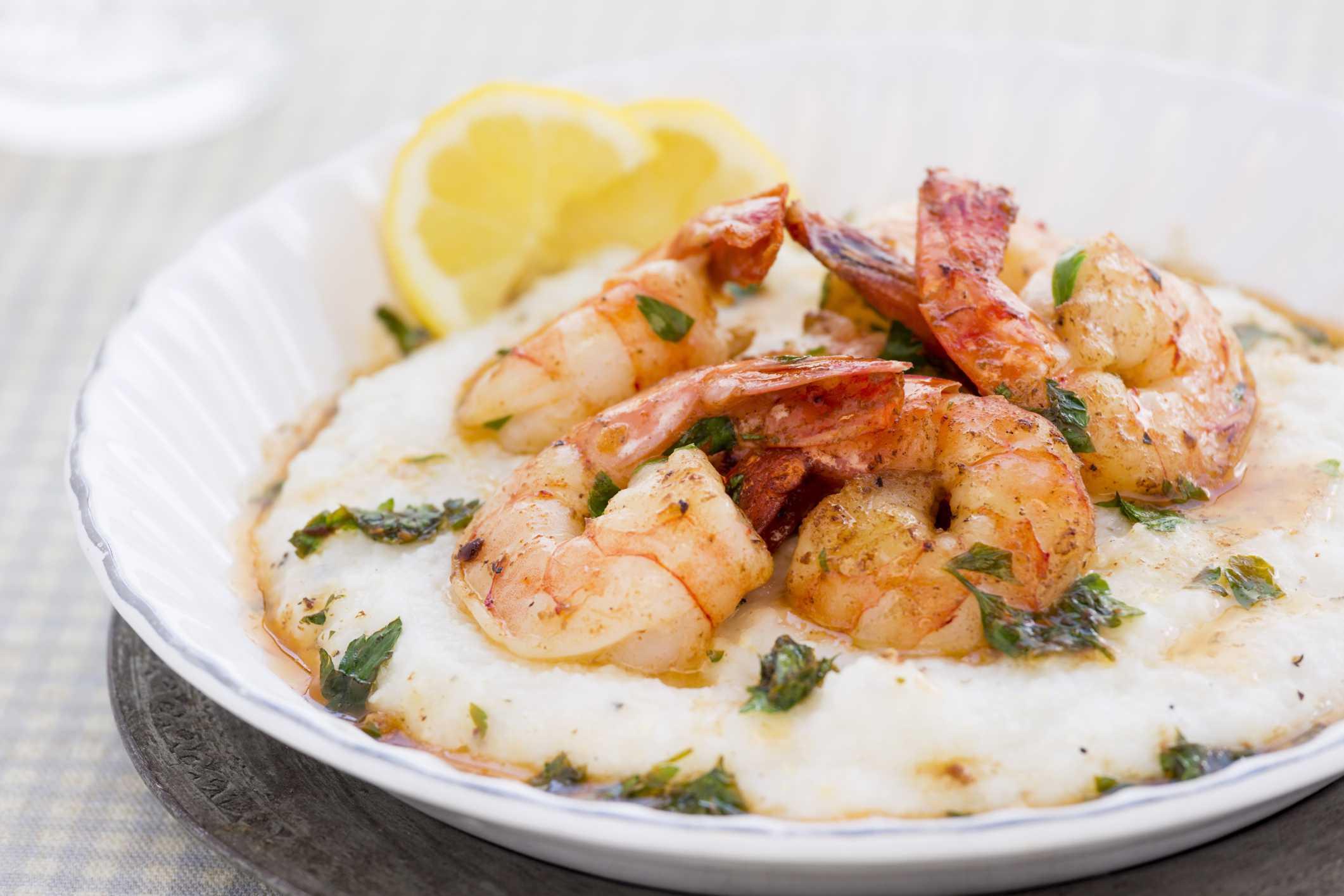 Crock pot shrimp and grits with lemon wedges