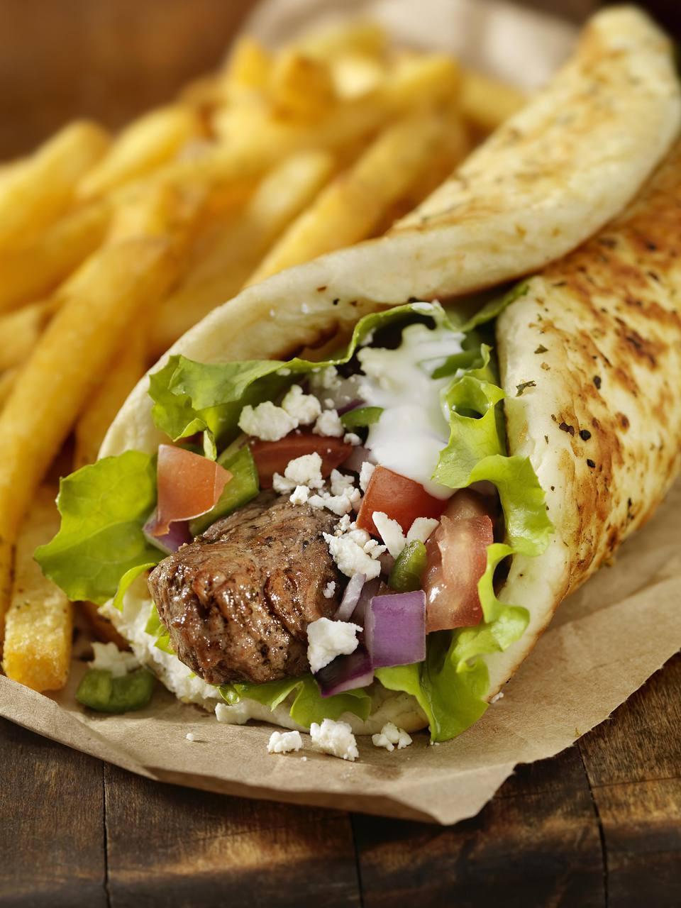brochetas de cordero al estilo griego con salsa de pita y tzatziki