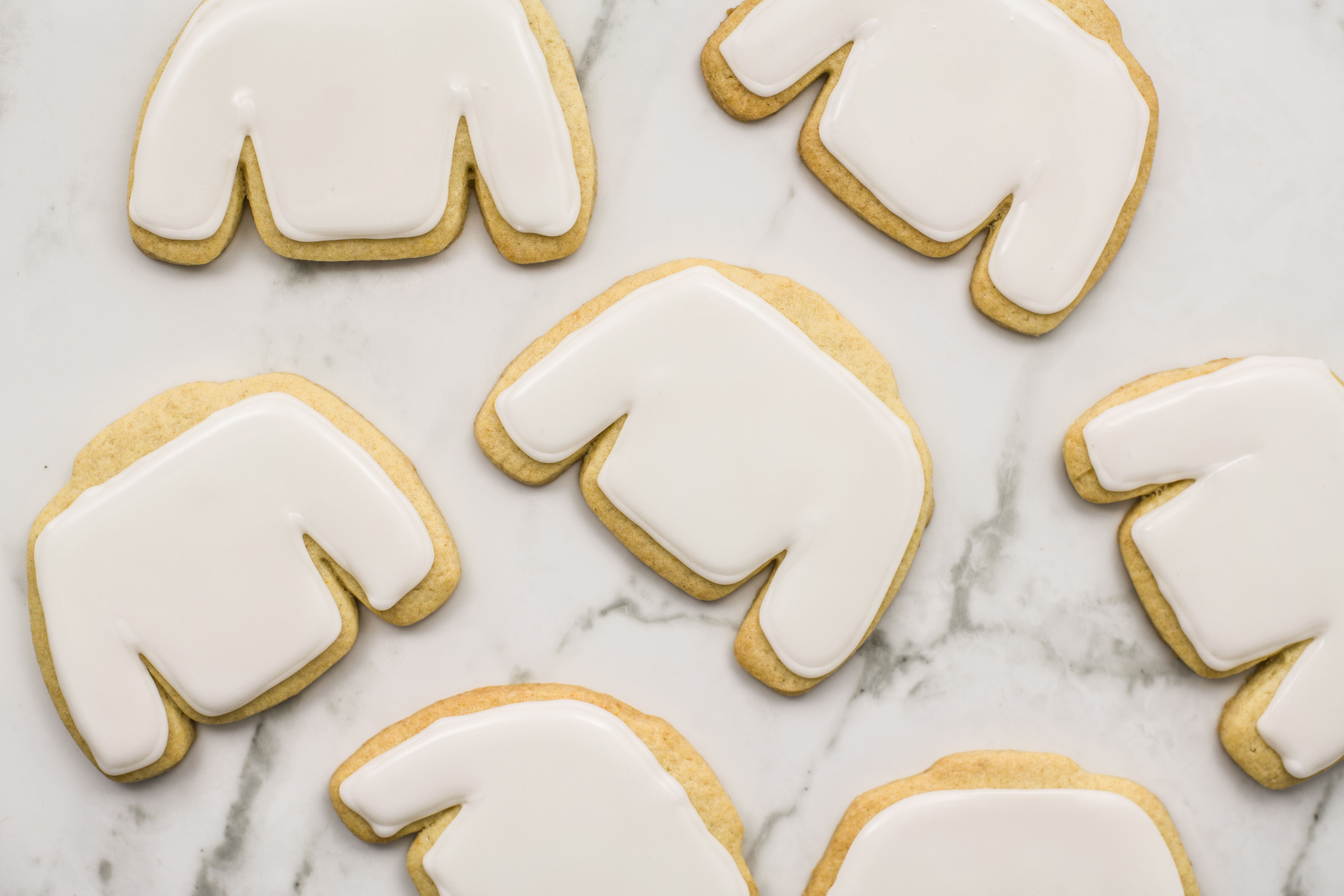 Filling center of cookies with frosting