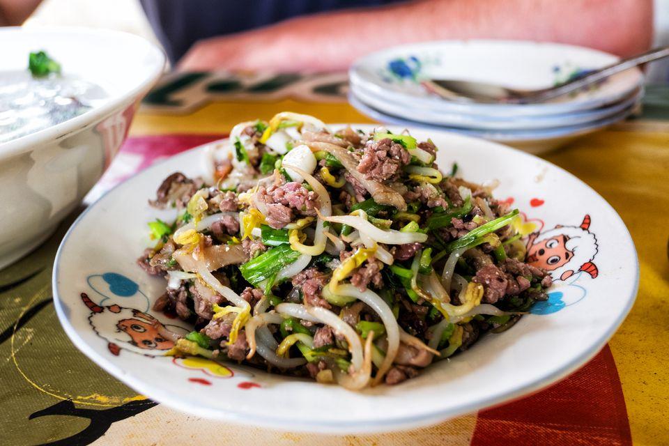 Ensalada de carne camboyana con aderezo de limón picante