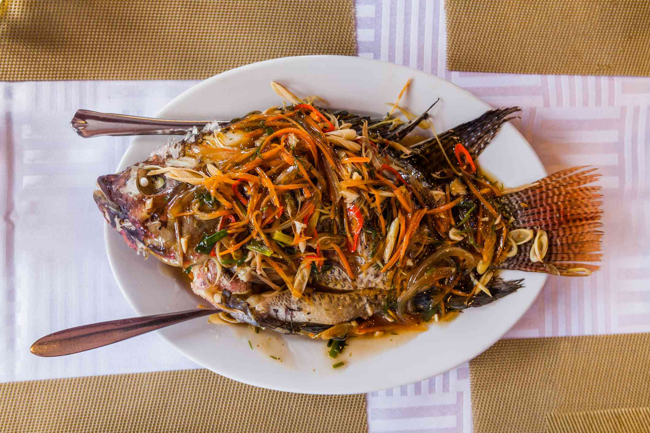 Grilled fish with spices and herbs