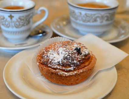 A Florentine rice pudding tart (budino di riso) with coffee in a bar