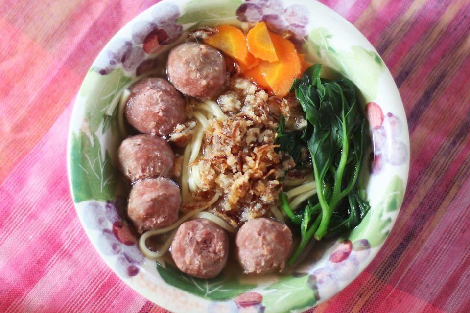 Cómo hacer Mee Bakso (Sopa indonesia de albóndigas y fideos)