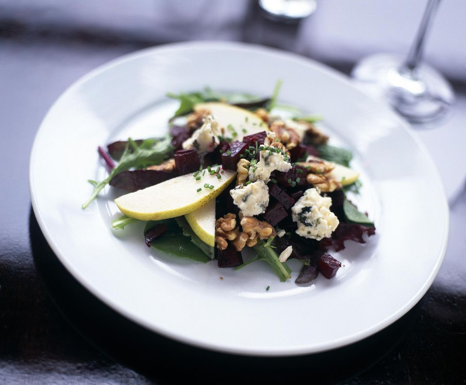 Mixed green salad with pears, walnuts and gorgonzola