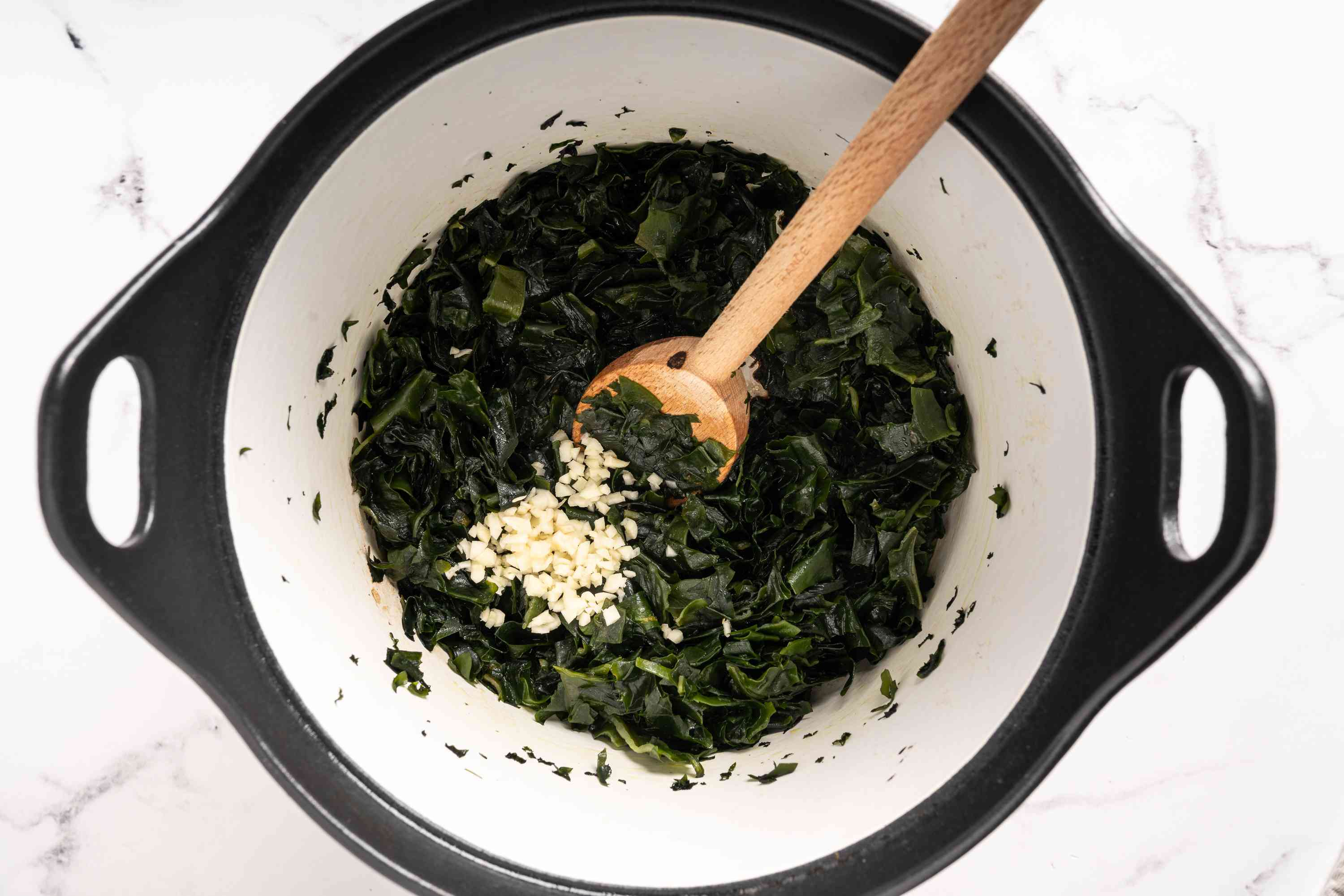 Add garlic and soy sauce to the seaweed in the pot