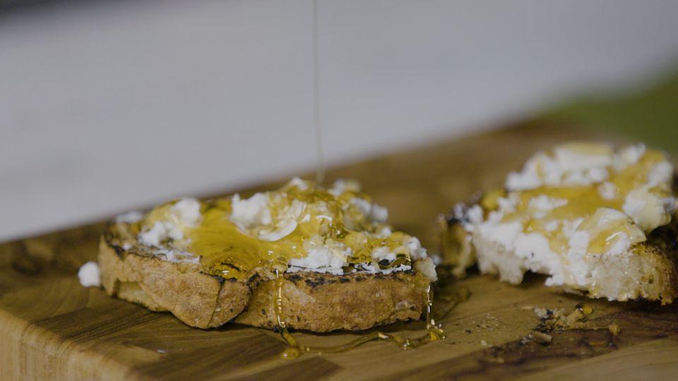 Tostada de queso de cabra con miel de nuez y tomillo