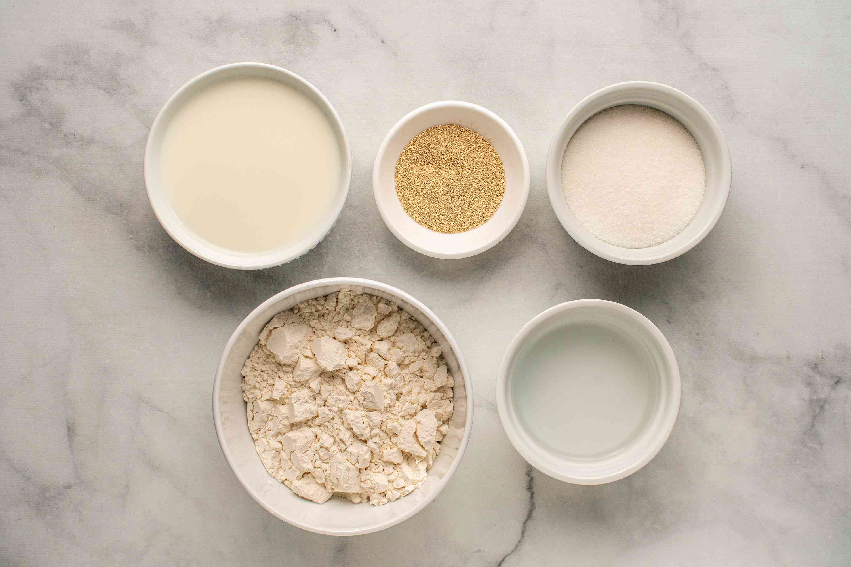 Ingredients to make a yeast sponge