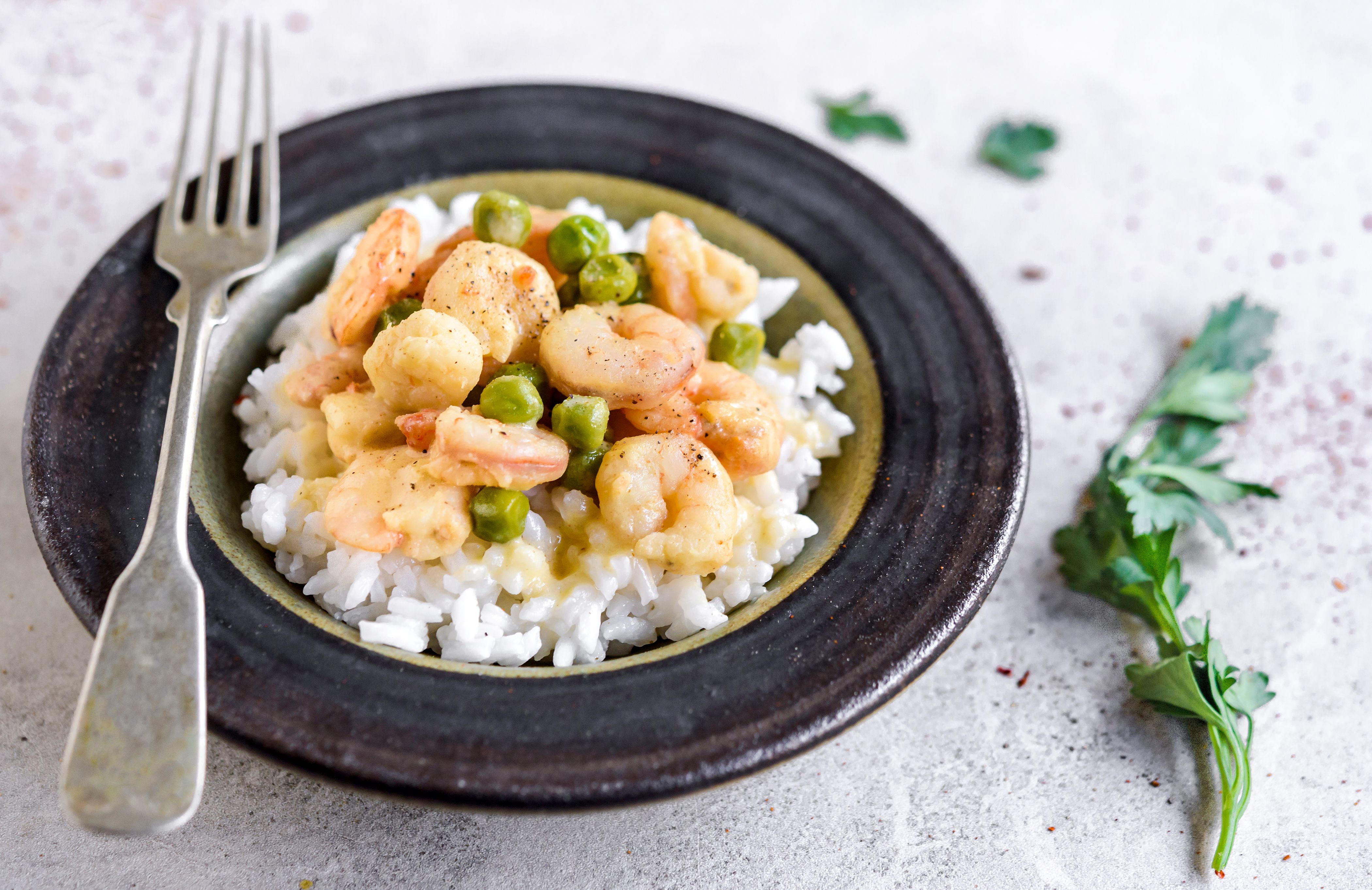 Shrimp scampi with rice and peas in a bowl