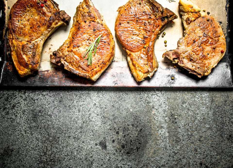 Chuleta de cerdo ahumada, papa y cebolla