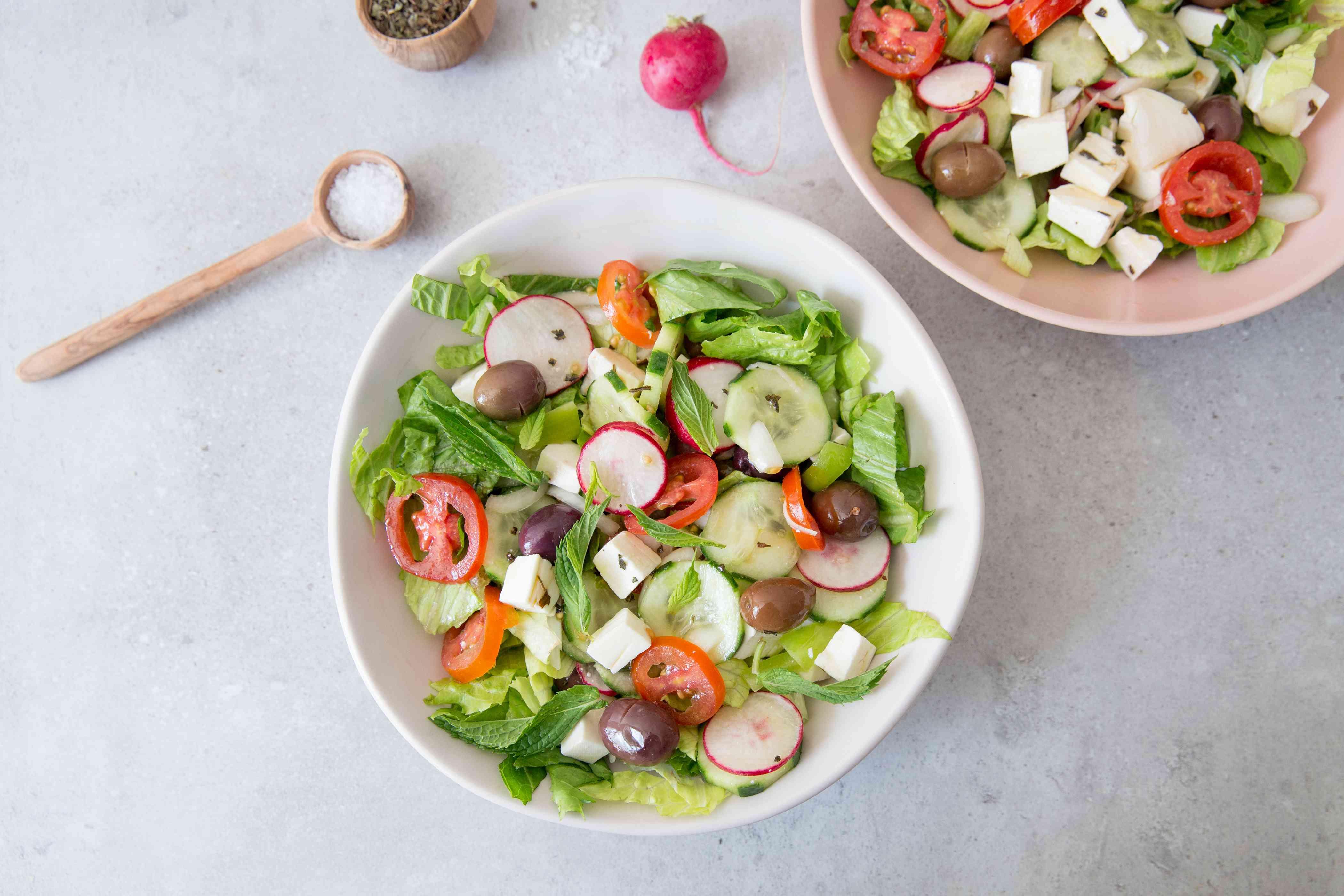 Line salad bowls with lettuce