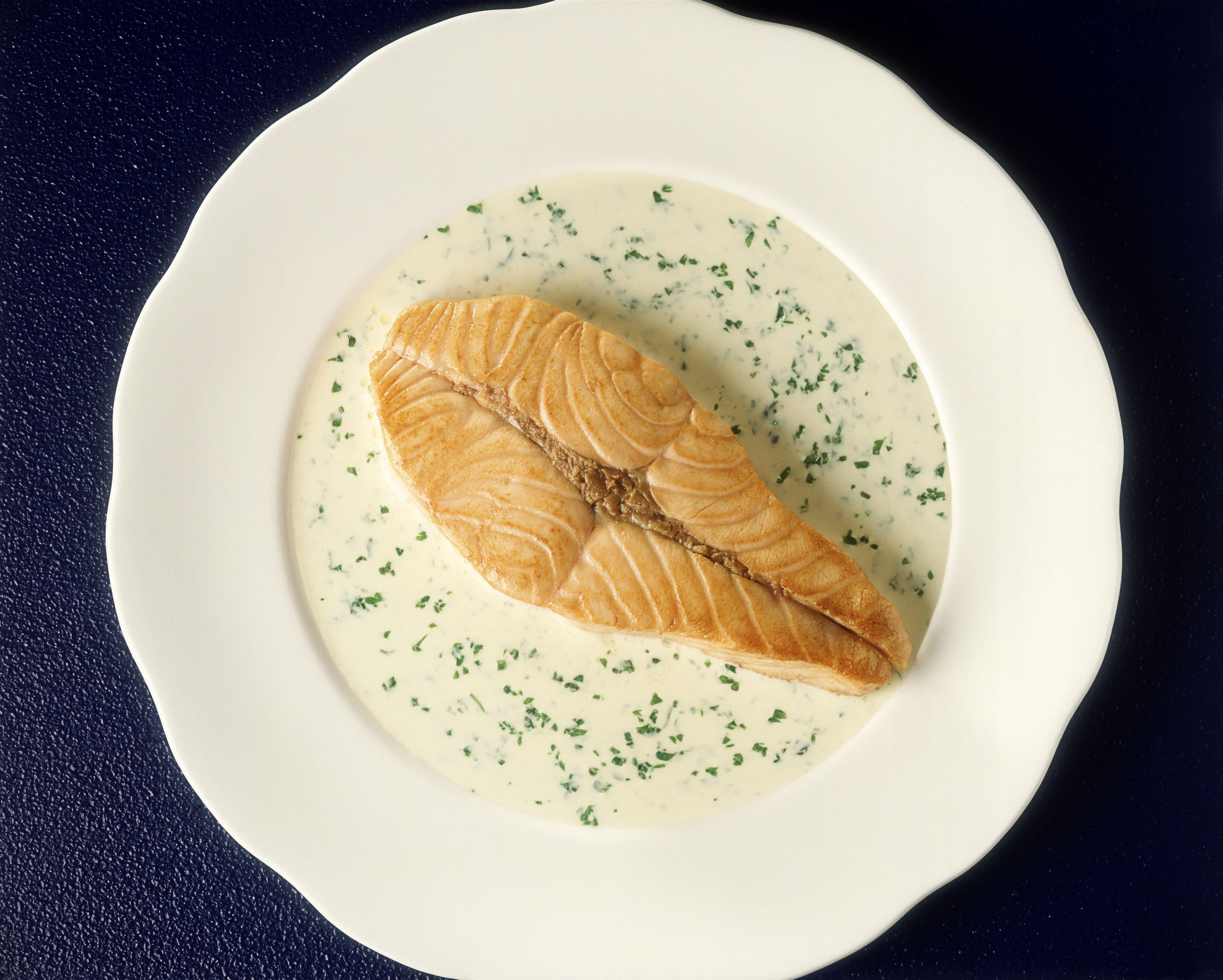 Salmon steak with parsley & cream sauce
