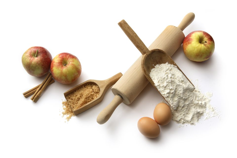 Baking Ingredients: Apple Pie (Flour, Eggs, Sugar, Apples, Cinnamon)